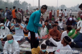 VIDEO - Panitia Salat Id bagi-bagi masker ke jamaah antisipasi asap