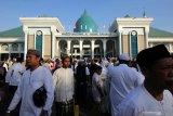 Ribuan umat Islam berjalan keluar usai melaksanakan shalat Idul Adha di Masjid Al Akbar Surabaya, Jawa Timur, Minggu (11/8/2019). Hari ini umat Islam di Indonesia merayakan Hari Raya Idul Adha 1440 Hijriah. Antara Jatim/Didik Suhartono/ZK