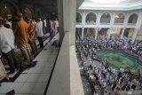 Ribuan umat Islam melaksanakan shalat Idul Adha di Masjid Al Akbar Surabaya, Jawa Timur, Minggu (11/8/2019). Hari ini umat Islam di Indonesia merayakan Hari Raya Idul Adha 1440 Hijriah. Antara Jatim/Didik Suhartono/ZK