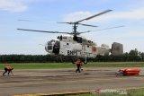 Petugas menyiapkan pendaratan helikopter water bombing milik Badan Nasional Penanggulangan Bencana (BNPB) seusai melakukan pembasahan lahan gambut yang terbakar di Bandar Udara Cut Nyak Dhien, Kabupaten Nagan Raya, Aceh, Senin (12/8/2019). (Antara Aceh/Syifa Yulinas)