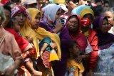 Warga mengantre untuk mendapatkan sekantung daging kurban di Pengadilan Negeri Surabaya, Jawa Timur, Minggu (11/8/2019). Pada Hari Raya Idul Adha 1440 Hijriah Pengadilan Negeri Surabaya membagikan sekitar 2.500 bungkus daging kurban untuk masyarakat sekitar. Antara Jatim/Didik Suhartono/ZK