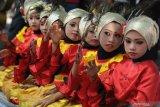 Peserta memainkan seni hadrah saat Karnaval Budaya di Pamekasan, Jawa Timur, senin (12/8/2019). Karnaval yang diikuti sekolah dari tingkat SD sampai SMA yang bertema