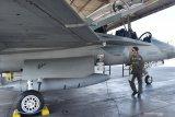 Penerbang tempur memeriksa pesawat tempur T-50i Golden Eagle saat sebelum terbang menuju Jakarta di Lanud Iswahjudi, Magetan, Jawa Timur, Senin (12/8/2019). Sebanyak 15 pesawat tempur dari Lanud Iswahjudi terdiri delapan pesawat F-16 dari Skadron Udara 3 dan tujuh pesawat T-50i Golden Eagle dari Skadron Udara 15 berangkat ke Lanud Halim Perdana Kusumah Jakarta guna persiapan