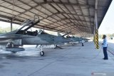 Penerbang tempur bersiap mengoperasikan pesawat tempur T-50i Golden Eagle menuju Jakarta di Lanud Iswahjudi, Magetan, Jawa Timur, Senin (12/8/2019). Sebanyak 15 pesawat tempur dari Lanud Iswahjudi terdiri delapan pesawat F-16 dari Skadron Udara 3 dan tujuh pesawat T-50i Golden Eagle dari Skadron Udara 15 berangkat ke Lanud Halim Perdana Kusumah Jakarta guna persiapan