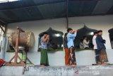 Jamaah tarikat Naqsabandiyah Khalidiyah Mujadadiyah Al-Aliyah melaksanakan shalat Idul Adha 1440 H di Dusun Kapas, Desa Dukuhklopo, Kecamatan Peterongan, Jombang, Jawa Timur, Senin (12/8/2019). Berdasarkan hasil Rukyat Bin Nadhor atau rukyat dengan menggunakan mata telanjang untuk menentukan tanggal 10 Dhulhijah 1440 H, jamaah Naqsabandiyah Khalidiyah Mujadadiyah Al-Aliyah baru melaksanakan shalat Idul Adha lebih lambat sehari dari ketetapan pemerintah. Antara Jatim/Syaiful Arif/zk.