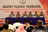 Ketua Komisi Independen Pemilihan (KIP) kota Banda Aceh Indra Milwadi (tiga kiri) menetapkan hasil rekap pada rapat pleno terbuka rekapitulasi hasil penghitungan perolehan suara dan putusan Mahkamah Konstitusi pemilu 2019 di Banda Aceh, Aceh, Selasa (13/8/2019). Selain menetapkan rekapitulasi hasil penghitungan perolehan suara untuk anggota legislatif daerah, lembaga penyelenggara pemilu itu juga mengeksekusi keputusan Mahkamah Konstitusi terkait perselisihan hasil pemilihan umum (PHPU). (Antara Aceh / Irwansyah Putra)