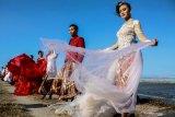 Model mengenakan busana kebaya bertema merah putih saat fashion show di tanggul lapindo Porong, Sidoarjo, Jawa Timur, Selasa (13/8/2019). Peragaan busana yang menampilkan busana kebaya tersebut untuk memeriahkan HUT ke-74 kemerdekaan RI. Antara Jatim/Umarul Faruq/zk
