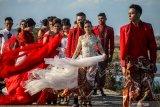 Model mengenakan busana kebaya bertema merah putih saat fashion show di tanggul lapindo Porong, Sidoarjo, Jawa Timur, Selasa (13/8/2019).Peragaan busana yang menampilkan busana kebaya tersebut untuk memeriahkan HUT ke-74 kemerdekaan RI. Antara Jatim/Umarul Faruq/zk