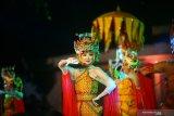 Sejumlah mahasiswa asing penerima Beasiswa Seni Budaya Indonesia (BSBI) tampil membawakan aneka lagu dan tarian tradisional nusantara dalam Indonesia Channel di Banyuwangi, Selasa (13/8/2019). Sebanyak 72 mahasiswa asing dari 40 negara sahabat yang tinggal di sejumlah daerah untuk mempelajari budaya di Indonesia itu, akan menjadi duta Indonesia untuk mempromosikan keanekaragaman budaya nusantara di negara asal mereka. Antara Jatim/Ahmad/bcs/zk