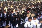 Ribuan mahasiswa mengiringi lagu Gebyar-gebyar dengan menggunakan papan tulis  dalam upaya Pemecahan Rekor Dunia Museum Rekor Indonesia (MURI) Pemain Perkusi Terbanyak di Universitas Brawijaya, Malang, Jawa Timur, Selasa (13/8/;2019). Pemecahan rekor dunia MURI tersebut diikuti 14 ribu mahasiswa dengan menggunakan alat musik perkusi berupa stik, papan tulis dan sempoa. Antara Jatim/Ari Bowo Sucipto/zk