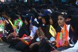 Ribuan mahasiswa mengiringi lagu Gebyar-gebyar dengan menggunakan sempoa dalam upaya Pemecahan Rekor Dunia Museum Rekor Indonesia (MURI) Pemain Perkusi Terbanyak di Universitas Brawijaya, Malang, Jawa Timur, Selasa (13/8/;2019). Pemecahan rekor dunia MURI tersebut diikuti 14 ribu mahasiswa dengan menggunakan alat musik perkusi berupa stik, papan tulis dan sempoa. Antara Jatim/Ari Bowo Sucipto/zk