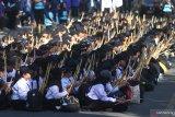 Ribuan mahasiswa mengiringi lagu Gebyar-gebyar dengan menggunakan stik dalam upaya Pemecahan Rekor Dunia Museum Rekor Indonesia (MURI) Pemain Perkusi Terbanyak di Universitas Brawijaya, Malang, Jawa Timur, Selasa (13/8/;2019). Pemecahan rekor dunia MURI tersebut diikuti 14 ribu mahasiswa dengan menggunakan alat musik perkusi berupa stik, papan tulis dan sempoa. Antara Jatim/Ari Bowo Sucipto/zk