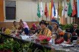 Ketua KPU Provinsi Jabar Rifqi Ali Mubarok (ketiga kanan) bersama Komisioner Bidang Teknis KPU Provinsi Jabar Endun Abdul Haq (kedua kanan) mengenakan pakaian adat saat memimpin rapat pleno penetapan perolehan kursi partai politik di Gedung KPU Jawa Barat, Bandung, Selasa (13/8/2019). Dalam rapat pleno tersebut, KPU menetapkan Partai Gerindra dengan kursi paling banyak yaitu 25 kursi dari total 120 kursi. ANTARA JABAR/Raisan Al Farisi/agr