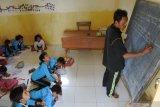 Sejumlah siswa belajar di lantai kelas SD 'kelas jauh' (Filial) Dusun Cobbuk yang menginduk di SDN 8 Curah Tatal, Arjasa, Situbondo, Jawa Timur, Selasa (13/8/2019). Kegiatan belajar mengajar di SD terpaksa di lantai karena sekolah tidak memiliki meja dan kursi dalam setahun terakhir. Antara Jatim/Seno/zk