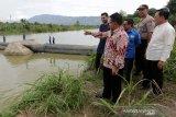 Wali Kota Banda Aceh Aminullah Usman (empat kanan) meninjau bendungan karet Perusahaan Daerah Air Minum (PDAM) Tirta Daroy di aliran Krueng (sungai) Aceh, Lambaro, Aceh Besar, Aceh, Selasa (13/8/2019). Perusahaan penyedia air bersih di daerah terus berupaya membenahi dan mengembangkan sarana serta prasarana guna memenuhi target Kementerian Energi dan Sumber Daya Mineral (ESDM) guna pemenuhan kebutuhan air bersih pada 2025 diseluruh Indonesia. Antara Aceh / Irwansyah Putra.