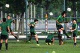Sejumlah pemain U-18 melakukan latihan di Lapangan Becamex Binh Duong, Vietnam, Selasa (13/8/2019). Indonesia akan menghadapi Myanmar pada laga terakhir penyisihan Grup A Piala AFF U-18 2019 di Vietnam. ANTARA FOTO/Yusran Uccang/nym.