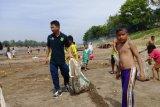 Relawan Asri Musi Banyuasin bersihkan bantaran sungai dari sampah