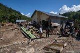Basarnas dan aparat bersama warga kerja bakti di lokasi banjir bandang