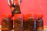 Pelaku usaha kuliner membuat sambal kemasan untuk selanjutnya di ekspor ke Hong Kong dan Abu Dhabi di Malang, Jawa Timur, Rabu (14/8/2019). Pengusaha sambal ekspor setempat mengaku keuntungannya berkurang 60 persen akibat membengkaknya biaya bahan baku yakni cabai rawit yang sejak tiga bulan terakhir harganya mencapai kisaran Rp100 ribu per kilogram. Antara Jatim/Ari Bowo Sucipto/zk.