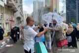 Perwira Polda Riau bagikan botol air mineral kepada JCH di tanah suci