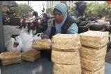 ACT Lampung salurkan daging kurban gunakan besek