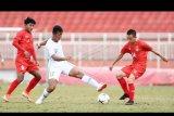Pesepakbola Indonesia Saddam Emiruddin (tengah) berusaha melewati dua pesepakbola Myanmar Ye Min Kyew (kanan) dan Yan Kyaw Soe, saat bertanding pada penyisihan Grup A Piala AFF U-18 2019 di Stadion Thong Nhat, Ho Chi Minh, Vietnam, Rabu (14/8/2019). Indonesia bermain imbang dengan Myanmar dengan skor 1-1 (0-0) dan menjadi juara Grup A dengan poin 13. ANTARA FOTO/Yusran Uccang/nym.