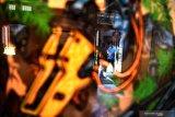 Pengunjung mengamati karya seni rupa yang dipamerkan pada pameran seni rupa yang bertajuk 'Jangan Bung' di Galeri House of Sampoerna, Surabaya, Jawa Timur, Rabu (14/8/2019). Pameran yang berlangsung hingga 7 Septermber 2019 tersebut menampilkan karya seni rupa dari 20 seniman muda yang berasal dari berbagai dearah di Indonesia. Antara Jatim/Zabur Karuru