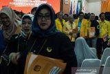 Sejumlah Calon terpilih dari partai politik berfoto bersama usai mengikuti acara penyerahan Surat Keputusan Calon Terpilih Anggota DPRD Jawa Barat periode 2019-2024 di Kantor KPU Jawa Barat, Bandung, Jawa Barat, Rabu (14/8/2019). Sebanyak 120 Calon Terpilih Anggota DPRD Jawa Barat periode 2019-2024 dari 10 Partai politik tersebut dijadwalkan akan dilantik pada awal september 2019 mendatang.  ANTARA JABAR/Novrian Arbi/agr
