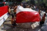 Aksi mencuci bendera Merah Putih