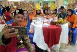 Sejumlah peserta Siswa Mengenal Nusantara (SMN) 2019 asal Sumut mengenakan pakaian adat dari berbagai daerah saat mengikuti pembukaan, di Medan, Sumatera Utara, Kamis (15/8). Kegiatan yang dilaksanakan PTPN IV, PT KIM dan Perum Jasa Tirta I tersebut melestarikan sekaligus memberi dorongan kepada siswa untuk mencintai budaya yang ada di Indonesia. (Antara Sumut/Irsan)