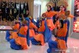 Sejumlah peserta Siswa Mengenal Nusantara (SMN) 2019 asal menampilkan tari multi etnis saat mengikuti pembukaan, di Medan, Sumatera Utara, Kamis (15/8). Kegiatan yang dilaksanakan PTPN IV, PT KIM dan Perum Jasa Tirta I tersebut guna melestarikan sekaligus memberi dorongan kepada siswa untuk mencintai budaya yang ada di Indonesia. (Antara Sumut/Irsan)