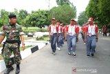 Puluhan peserta Siswa Mengenal Nusantara (SMN) 2019 asal Sulteng mengikuti baris berbaris di Yonkav 6/Naga Karimata, Medan, Sumatera Utara, Kamis (15/8) Kegiatan yang dilaksanakan PTPN IV, PT KIM, Perum Jasa Tirta I, PT Inalum dan BGR Logistic tersebut guna menanamkan kecintaan terhadap NKRI kepada generasi muda. (Antara Sumut/Irsan)