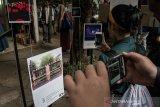 Pengunjung menikmati pameran seni 3D Virtual Realityl pada acara Bandung Art Month 2019 di Sanggar Olah Seni Babakan Siliwangi, Bandung, Jawa Barat, Kamis (15/8/2019). Kegiatan yang melibatkan sejumlah pelaku kesenian, pemilik galeri dan museum serta lembaga -pendidikan dan kebudayaan tersebut mengusung tema Net / Work yang merespon perkembangan mutakhir teknologi komunikasi dalam prilaku masyarakat tentang cara berkomunikasi dan menciptakan karya seni visual. ANTARA FOTO/Novrian Arbi/agr