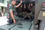 Siswa Mengenal Nusantara asal Sulteng bangga naik Panser Anoa