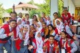 Peserta SMN asal Makasar berbagi pengalaman berorganisasi di SMA 5 Jayapura