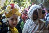 Sejumlah siswa SDN 038 Kiaracondong mengikuti karnaval kemerdekaan di Bandung, Jawa Barat,Jumat (16/8/2019). Karnaval yang diikuti seluruh siswa SDN 038 Kiaracondong tersebut dalam rangka memeriahkan HUT ke-74 kemerdekaan RI. ANTARA FOTO/Raisan Al Farisi/agr