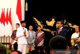 Presiden Jokowi berdiskusi ringan dengan penggerek  bendera Rangga