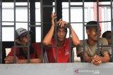 Sejumlah narapidana yang tidak mendapatkan remisi berada didalam jeruji besi saat upacara pemberian remisi di halaman Lembaga Pemasyarakatan (Lapas) kelas II B Meulaboh, Aceh Barat, Aceh, Sabtu (17/8/2019). Menurut keterangan kalapas kelas II B Meulaboh Jumadi, sebanyak 226 narapidana mendapatkan remisi mulai 1 bulan sampai 6 bulan dalam rangka menyambut HUT Ke-74 Kemerdekaan RI. Antara Aceh/Syifa Yulinnas