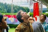 Warga Swiss memenangkan lomba makan kerupuk peringatan HUT Ke-74 Kemerdekaan RI,