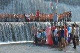 Warga lintas agama memberi hormat kepada Bendera Merah Putih dalam upacara bendera memperingati HUT ke-74 Proklamasi Kemerdekaan RI di Sungai Unda, Klungkung, Bali, Sabtu (17/8/2019). Apel bendera yang melibatkan warga lintas agama tersebut untuk menjalin persatuan, kampanye kepedulian terhadap sungai yang menjadi obyek wisata dan melestarikan budaya Bali dengan mengenakan pakaian adat sesuai surat edaran Gubernur Bali. ANTARA FOTO/Nyoman Budhiana.