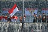 Warga yang mengenakan pakaian adat Bali mengibarkan Bendera Merah Putih dalam upacara bendera memperingati HUT ke-74 Proklamasi Kemerdekaan RI di Sungai Unda, Klungkung, Bali, Sabtu (17/8/2019). Apel bendera yang melibatkan warga lintas agama tersebut untuk menjalin persatuan, kampanye kepedulian terhadap sungai yang menjadi obyek wisata dan melestarikan budaya Bali dengan mengenakan pakaian adat sesuai surat edaran Gubernur Bali. ANTARA FOTO/Nyoman Budhiana.