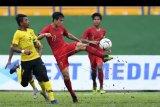 Pesepak bola Indonesia Alfendra Dewangga (tengah) berebut bola dengan pesepak bola Malaysia Muhammad Mukhairi Ajmal (kiri) saat bertanding pada semifinal Piala AFF U-18 di Stadion Go Dau di Provinsi Binh Duong, Vietnam, Sabtu (17/8/2019). ANTARA FOTO/Yusran Uccang/nym.