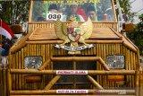 Sejumlah warga menaiki kendaraan hias saat mengikuti karnaval mobil hias kemerdekaan di jalan RE Martadinata, Purwakarta, Jawa Barat, Sabtu (17/8/2019). Karnaval tersebut diikuti sebanyak 61 peserta dengan berbagai kreasi kendaraan hias dari instansi pemerintah, kelompok seni, masyarakat dan perusahaan swasta dalam rangka peringatan HUT ke-74 Kemerdekaan RI. ANTARA JABAR/M Ibnu Chazar/agr