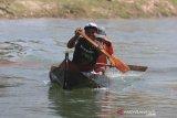 Nelayan mengayuh perahu secepat-cepatnya saat pengikuti perlombaan balap perahu tradisional (Pecun) di Jatitujuh, Majalengka, Jawa Barat, Sabtu (17/8/2019). Lomba balap perahu Pecun tersebut dalam rangka memperingati HUT-74 Kemerdekaan Republik Indonesia. ANTARA JABAR/Dedhez Anggara/agr