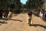 Prajurit Korps Marinir TNI AL dan Marinir Amerika Serikat (USMC) mengikuti perlombaan balap karung memeriahkan HUT ke-74 Kemerdekaan RI di Hutan Selogiri, Ketapang, Banyuwangi, Jawa Timur, Sabtu (17/8/2019). Gelaran perlombaan menyemarakan Hari Kemerdekaan Indonesia oleh Prajurit yang tergabung dalam Latihan Bersama Platoon Exchange (Platex) di medan latihan tersebut, diharapkan dapat meningkatkan profesionalisme dan kerjasama Marinir kedua negara. Antara Jatim/Budi Candra Setya/zk.