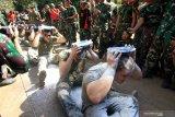 Prajurit Korps Marinir TNI AL dan Marinir Amerika Serikat (USMC) mengikuti perlombaan memindahkan tepung memeriahkan HUT ke-74 Kemerdekaan RI di Hutan Selogiri, Ketapang, Banyuwangi, Jawa Timur, Sabtu (17/8/2019). Gelaran perlombaan menyemarakan Hari Kemerdekaan Indonesia oleh Prajurit yang tergabung dalam Latihan Bersama Platoon Exchange (Platex) di medan latihan tersebut, diharapkan dapat meningkatkan profesionalisme dan kerjasama Marinir kedua negara. Antara Jatim/Budi Candra Setya/zk.