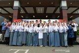 Sisma Mengenal Nusantara (SMN) provinsi Banten bersama karyawan BUMN meneriakan semangat kemerdekaan usai mengikuti upacara HUT ke 74 RI di Stadion Harapan Bangsa, Banda Aceh, Sabtu (17/8/2019).  Antara Aceh/Ampelsa