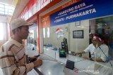 Calon penumpang mengambil tiket gratis di loket Stasiun Bandung, Jawa Barat, Sabtu (17/8/2019). Pada peringatan HUT ke-74 Kemerdekaan RI, PT KAI Daop 2 Jawa Barat memberikan layanan tiket gratis untuk lima rute di Bandung Raya sejak pukul 04.00 WIB hingga 00.00 WIB. ANTARA JABAR/Raisan Al Farisi/agr