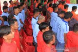 Sejumlah narapidana yang mendapatkan remisi mengikuti upacara pemberian remisi di halaman Lembaga Pemasyarakatan (Lapas) kelas II B Meulaboh, Aceh Barat, Aceh, Sabtu (17/8/2019). Menurut keterangan kalapas kelas II B Meulaboh Jumadi, sebanyak 226 narapidana mendapatkan remisi mulai 1 bulan sampai 6 bulan dalam rangka menyambut HUT Ke-74 Kemerdekaan RI. Antara Aceh/Syifa Yulinnas.