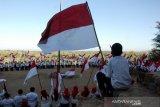 Upacara bendera di atas Bukit Tokka